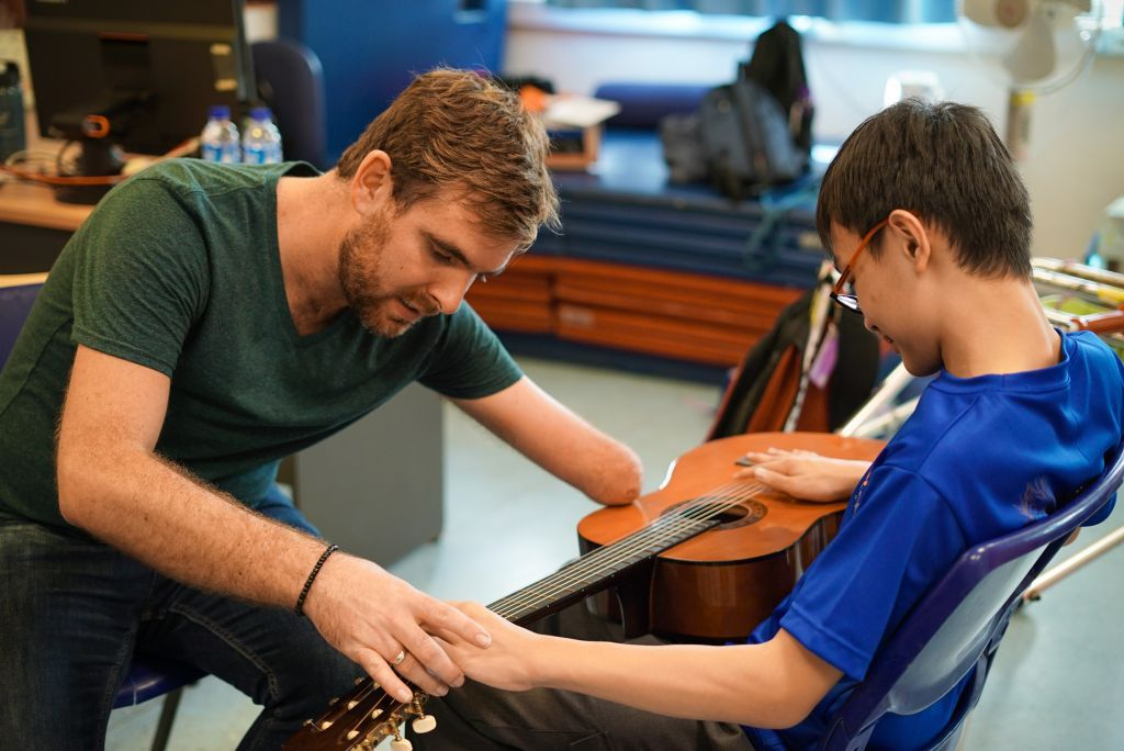 One-armed American guitarist inspires children in Singapore